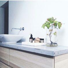 Espace vasque bois clair et béton | Light Wood cabinet and concrete washbasin