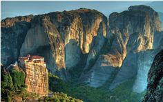"""Entre as quinze formações rochosas consideradas as mais bonitas e difíceis de escalar do mundo, existem duas localizadas no Brasil, Agulha do Diabo e o Monte Roraima. Confira a lista feita pelo site Hottnez.com: 15ª A formação rochosa, conhecida como """"rocha suspensa"""", está localizada entre o rio Peneios e as Montanhas Pindus. Os mosteiros que...<br /><a class=""""more-link""""…"""
