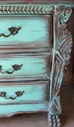 Últimamente me ha dado fuerte por ver muebles pintados con pintura a la tiza. De echo estoy pintando mi mueble del salón con esta técnica. Me encanta el acabado, sobre todo cuando se hacen con toques mas antiguos o rústicos.
