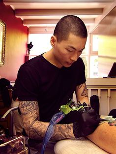 Tattoo Artist Creates Impressive Freehand Tattoos On The Spot Without Any Sketches. Jay Freestyle, a talented tattoo artist in Amsterdam, creates his art directly onto his clients' skin without any previous sketches.