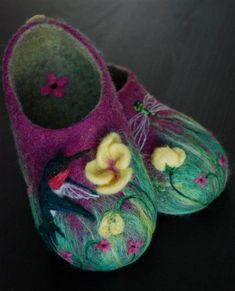 These rich and lively felted slippers come to us by Kristen Gagnon of Canada. She started out with the Living Felt Wet Felting Slippers Kit.and has progressed to these beauties! She calls. Wet Felting Projects, Felting Tutorials, Nuno Felting, Needle Felting, Purple Slippers, Felt Boots, Felted Slippers, Crocheted Slippers, Felt Baby