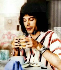 Freddie Mercury enjoying a beverage. Queen Freddie Mercury, Brian May, John Deacon, Great Bands, Cool Bands, Roger Taylor, Star Wars, British Rock, Queen Band
