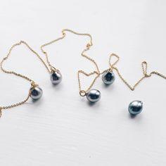 Små fine tahiti perler - søde i en tyndkæde måske med et pricetag? Og så er de til en rigtig fin pris. Måske en lille bare-fordi-gave??? #tahitiperle #tahitianpearl