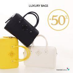 3c074dd013 Επώνυμες τσάντες στα πιο hot σχέδια και χρώματα της σεζόν έως -50%