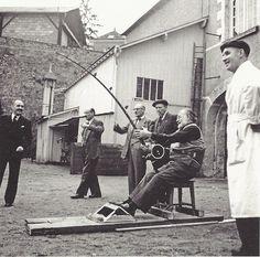Ernest Hemingway testant une canne à pêche, photographié par Tony Burnand, Amboise, vers 1950.