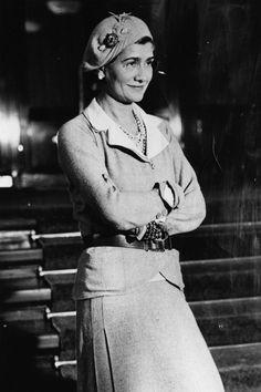 """Auch Coco Chanel beeinflusste die Schönheit in den 20ern maßgeblich und revolutionierte mit dem""""Kleinen Schwarzen"""" die Mode. Sie galt als eine der einflussreichsten Personen dieser Zeit."""