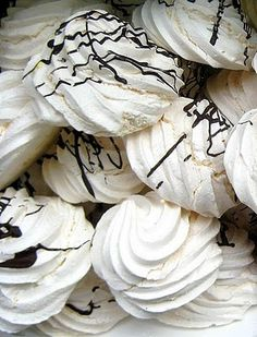 Meringues , what a treat! and what a great satisfaction is to find out I can prepare them with my Thermomix at home in a very cheap way! Meringues are… Wrap Recipes, Sweet Recipes, Un Diner Presque Parfait, Cheddarwurst Recipe, Macarons, Spagetti Recipe, Szechuan Recipes, Bellini Recipe, Thermomix Desserts