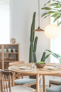 Planning on updating your dining room lighting? Getting the perfect dining room fixtures that work with the interior decor should be your top priority! Check these 8 clever lighting ideas for dining rooms and get started. Decorating Your Home, Interior Decorating, Interior Design, Interior Paint, Decorating Tips, Home Staging, Dyi, Best Decor, Diy Home