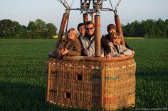 Deux montgolfières au départ du Château d'Esclimont. Une nacelle pour 4…