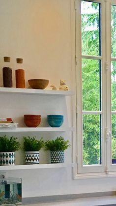 Trois étagères qui apportent couleurs et verdure Croissy Sur Seine, Beautiful Homes, Planter Pots, Colors, House Of Beauty
