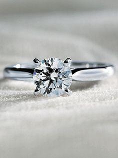 1895年の発表以来変わらぬ美しさで魅了 美しいラインを描くアームから4本の爪で持ち上げたダイヤモンドが燦然と輝く「ソリテール 1895」。凜とした気高さをもちながら、女性らしい優しさも感じさせます。[Pt,1.11ct]¥2,709,000(カルティエ)