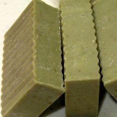 Comment faire un savon à l'argile verte. Le savon à l'argile verte est extrêmement bienfaisant pour traiter les impuretés du visage et les points noirs. Ses propriétés absorbantes et antioxydantes en font un savon parfait pour traiter les pe...