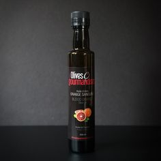 Cette huile d'olive vierge extra est fabriquée avec l'extrait d'huile d'oranges sanguines italiennes.  Le goût sucré et légèrement acidulé des oranges sanguines rend cette huile d'olive encore plus attrayante. Vous allez l'adorer! Sauce Bottle, Vodka Bottle, Orange Sanguine, Grenade, Olives, Container, Saveur, Applications, Ainsi