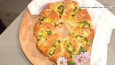 """[la puntata di oggi] """"Lenta ed inesorabile"""", Antonella raggiungeNatalia Cattelani, la mamma/cuoca provetta, che quest'oggi si propone di festeggiare le festività pasquali preparando lacorona pasquale, un piatto indicato per la colazione di Pasqua. Prepariamo l'impasto con gli ingredienti indicati e lasciamo lievitare. Rompiamo le uova, le sbattiamo, uniamo 3/4 del formaggio e della pancetta, un …"""