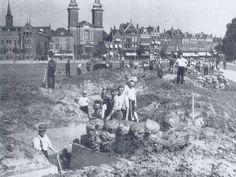 foto uit 1939. We kijken over het destijds nog volledig onbebouwde land van Hoboken naar de Nieuwe Binnenweg. Links het St Antonius-gesticht; er naast de Paradijskerk.Rechts het rijtje panden tot aan de Westersingel. op de voorgrond worden de schuilloopgraven, in 1938 aangelegd, maar later weer  dichtgegooid en opnieuw uitgegraven. Tijdens het Bombardement  een schamele doch welkome bescherming bieden.