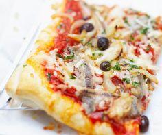 La cuisine méditerranéenne fait voyager vos papilles. Découvrez 30 recettes faciles et savoureuses. Au menu : tian, taboulé ou encore tajine.