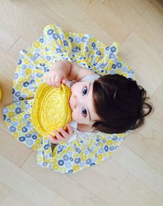 Vous cherchez un look denfer pour votre mini? Voici la robe Hello Marguerite! Une superbe pièce qui fera fureur cet été! Fait à la main avec
