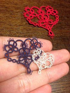 No pattern but cute motif. Crochet Motif, Crochet Flowers, Crochet Lace, Tatting Jewelry, Tatting Lace, Lace Patterns, Crochet Patterns, Needle Tatting Tutorial, Heart Tat