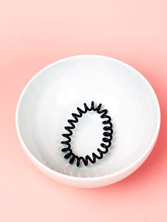 Sind eure Spiral-Haargummis ausgeleiert? Kein Problem. Wir zeigen euch einen ganz einfachen Trick, mit dem ihr sie schnell wieder in Form bringt.