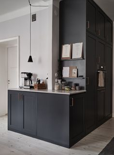 Dark kitchen with a beige countertop - COCO LAPINE DESIGN Minimalist kitchen Always wanted to figure out how to knit, but unclear the place to start? Home Decor Kitchen, Interior Design Living Room, Kitchen Dining, Kitchen Ideas, Kitchen Interior, Dining Rooms, Vintage Kitchen Cabinets, Diy Cabinets, Black Cabinets