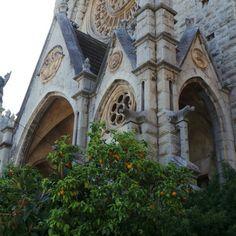 Sant Bartomeun kirkosta saa hieman Sagrada Familia fiiliksiä, suunnittelun onkin tehnyt Gaudin oppipoika eikä tämäkään kirkko ole vielä valmis ;) #aurinkomatkaaja #mallorca #sóller #church