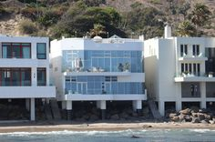 Not for sale-but take a peek!Halle Berry (Malibu) Every room in Halle Berry's beach house has an awesome view. Look at all those windows and balconies -- not to mention the roof! Malibu Mansion, Malibu Beach House, Malibu Homes, Celebrity Mansions, Celebrity Houses, Hally Berry, House Worth, Rich Home, Malibu Beaches