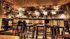 On pourrait croire à un bar clandestin avec sa devanture occultée par un affichage sauvage. Mais que cache vraiment ce nouveau café de la rue du Faubourg-Saint-Denis?