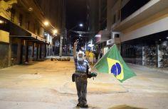Juste après le match d'ouverture de la Coupe du Monde 2014 au stade Arena Corinthians de Sao Paulo, un supporter célèbre sa victoire face à la Croatie. ©FRANCK FIFE/AFP/Getty Images