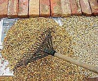 How to Make A Gravel Patio -- Done, maybe use some sort of bonding agent to create a hard area for the patio set! Pea Gravel Patio, Gravel Garden, Garden Paths, Patio Ideas Using Pea Gravel, Pavers Ideas, Diy Patio, Backyard Patio, Backyard Landscaping, Patio Wall
