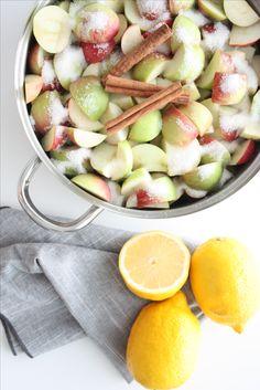 Uuniomenahillo maistuu sekä puuron että lettujen kanssa. Omenahillo valmistuu uunissa kuin itsestään, kunhan käytössä on riittävän iso, uuninkestävä astia.