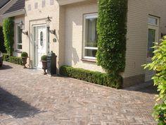 Sierbestrating van Tuinvisie is pure kwaliteit ! Deze gebakken besytrating van Tuinvisie levert een mooi plaatje op. Deze gebakken tuin bestrating kunt u bekijken in de online webshop. Garden Paths, Garden Landscaping, Concrete Yard, Pavement, Delft, Beautiful Homes, Sidewalk, Home And Garden, Landscape