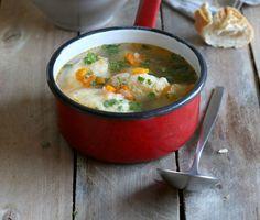 Tavaszi zöldségleves grízgaluskával: egytálételnek is isteni Thai Red Curry, Soups, Drink, Eat, Ethnic Recipes, Food, Meal, Eten, Soup