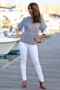 """Para estrenarlo dentro de muy poquito!☺☺ ¿Qué os parece nuestra #blusa """"Jerez""""? A mí me encantan los lunares y las flores (sencilla que es una ) La tenéis disponible de la talla 38 a la 46 - 32,99€. #visteconamelia #modamujer"""