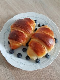 Croissante pufoase. – Lorelley.blog Croissant, Hot Dog Buns, Hot Dogs, Nutella, Food And Drink, Bread, Vegan, Cookies, Recipes