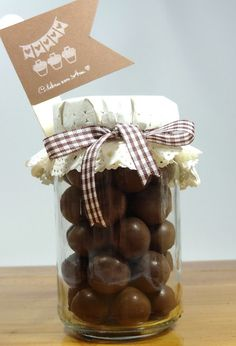 Celebra con Ana: ♥ Frasco de bolas de chocolate Wedding Favours, Party Favors, Wedding Gifts, Chocolate Wrapping, Chocolate Gifts, Princesse Party, Mason Jar Gifts, Ideas Para Fiestas, Deco Table