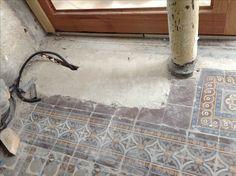 Sauvetage du sol en carreaux de ciment peint, recouvert de moquettes.