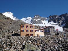 Im Mattertal hoch oberhalb des Talortes Randa in ausgesprochener hochalpiner Gebirgslandschaft befindet sich die Domhütte auf 2'940 m. Die Hütte ist zentraler Ausgangspunkt für die Besteigung von sieben Viertausendern und bietet eine traumhafte Bergkulisse für Bergsteiger und Alpinwanderer.