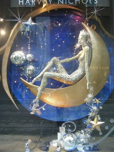 Harvey Nichols Christmas Display Amalia: me gusta este escaparate porque es original y convina los colores muy bien (luna dorada)
