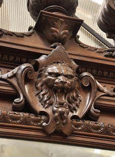 Великолепный старинный камин в стиле Наполеона III, изготовленный из дубового дерева, украшенный львиными головами.