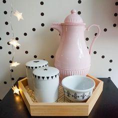 Kit higiene diferente nos tons preto, branco e rosa! A bandeja dá um toque moderno no kit que já estamos ...