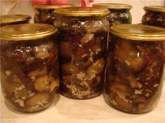 Баклажаны по-гурийски с чесноком. Получается вкусно. Пахнут грибами.Баклажаны порезать кусочками 1,5-2 см. и варить до готовности в рассоле. Рассол-3 литра воды, 0,5 уксуса, 100 гр. соли.Затем дать стечь рассолу и остудить. Разложить по банкам, пересыпая мелко порезанным чесноком и залить кипящим маслом. Банки закатать. На 5 литровых банок-4,5 кг. баклажан,100 гр. чеснока, 1 литр масла. Georgian Food, Russian Recipes, Kimchi, Eggplant, Preserves, Pickles, Cucumber, Sausage, Mason Jars