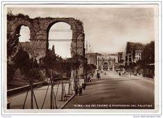 Via dei Trionfi, l'attuale Via di San Gregorio. Sulla sinistra i resti dell'acquedotto Claudio (vero il Palatino) e sullo sfondo L'arco di Costantino e il Colosseo Anno: Anni 30