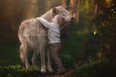 Als ich die Bilder zum ersten Mal grob überflogen habe, dachte ich wirklich, dass hier ein kleiner Junge mit einem Wolf kuschelt. Genau das tun die beiden ja auch, allerdings ist derCanis lupus mittels Photoshop nachträglich ins Motiv gearbeitet worden. U