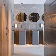 Direto da Casa Cor Brasília, este banheiro assinado pela arquiteta Isabella Souza uniu elementos dourados a revestimentos em tons terrosos para criar um ambiente sóbrio e elegante. Adoramos!
