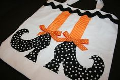 halloween could be cute quilt block Dulceros Halloween, Moldes Halloween, Halloween Sewing, Adornos Halloween, Manualidades Halloween, Halloween Treat Bags, Halloween Pillows, Halloween Quilts, Halloween Projects