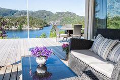 FINN – $2290000- Trivelig hytte med fantastisk utsikt, få meter til sjøen og båtplass.