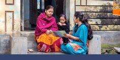 Uma irmã pregando para uma mãe com sua filha no estado de Bengala Ocidental na Índia