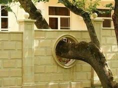 Là où l'arbre aurait été sacrifié à l'urbanisation, il y a quand même des cas où l' homme met tout en oeuvre pour le conserver.