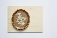 Broderie sur trame canevas. Cadre ancien en bois doré à la feuille. Dimensions: 15,5 par 17,5 cm. Embroidery in old gold wooden frame.