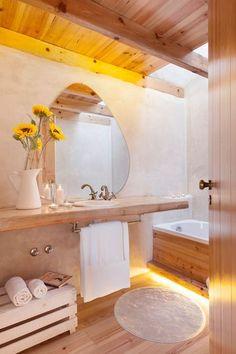 Une salle de bains zen et nature avec baignoire. Plus de photos sur Côté Maison http://petitlien.fr/81bv